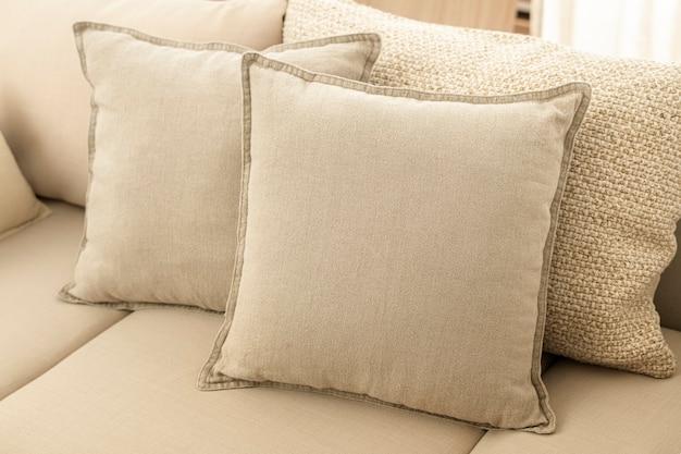 Beżowe poduszki wystrój domu, na kanapie