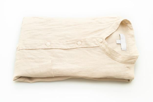 Beżowy fałd koszuli na białym tle