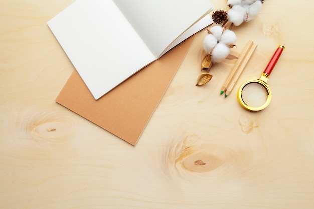 Beżowy kolor nowoczesnego miejsca pracy na drewnianym stole z dużą ilością rzeczy. widok z góry