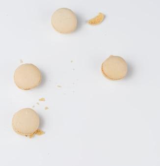 Beżowy pieczony makaron z udręką migdałów w podziale na białym tle, widok z góry