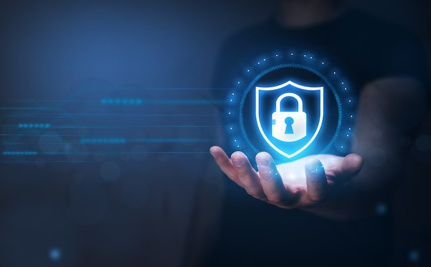 Bezpieczeństwo sieci i ochrona danych biznesmen trzymający w ręku kłódkę globalna sieć