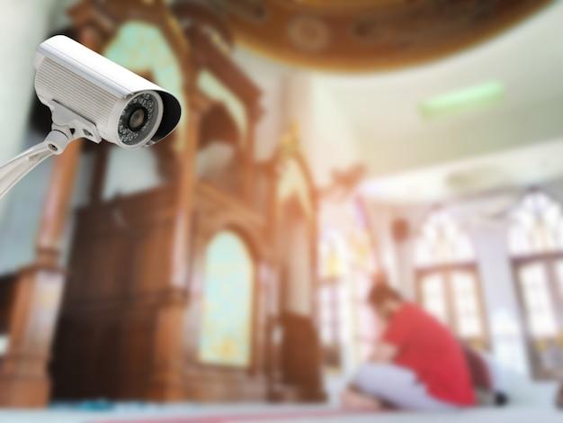 Bezpieczeństwo systemu cctv lub monitoring kamery bezpieczeństwa w abstrakcie niewyraźne wnętrze meczetu.