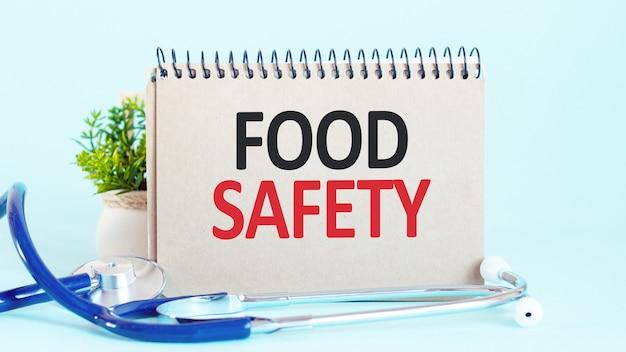 Bezpieczeństwo żywności - diagnoza zapisana na białej kartce papieru. leczenie i zapobieganie chorobom. pojęcie medyczne. selektywna ostrość