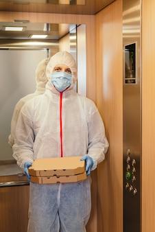 Bezpieczna dostawa pizzy do domu podczas epidemii wirusa i kwarantanny.