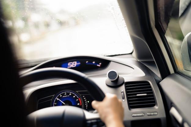 Bezpieczna jazda w deszczowy dzień, kontrola prędkości i odległość bezpieczeństwa na drodze