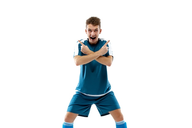 Bezpieczne. śmieszne emocje profesjonalnego piłkarza na białym tle na tle białego studia. miejsce na reklamę. ekscytacja w grze, ludzkie emocje, wyraz twarzy i pasja z koncepcją sportu.
