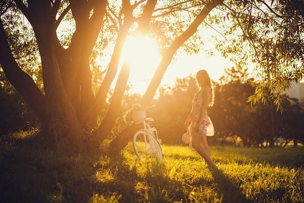 Bezpłatna szczęśliwa kobieta cieszy się naturę