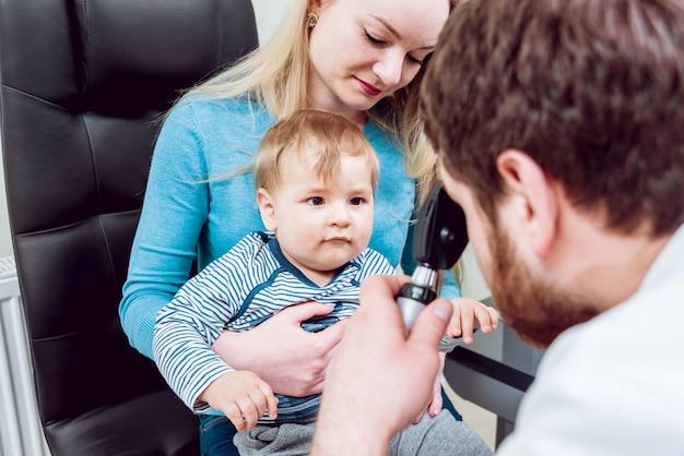 Bezpośrednia oftalmoskopia. badanie siatkówki. fundoskopia. badanie wzroku dziecka.