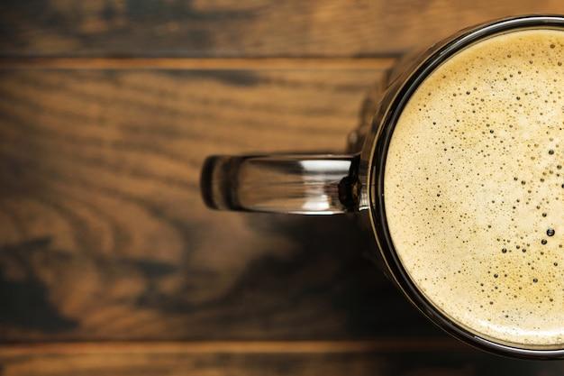 Bezpośrednio nad piwnym piwem w szklance na stole w pubie