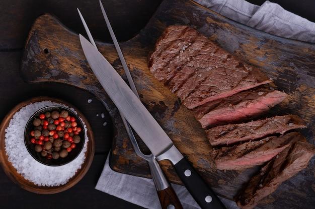 Bezpośrednio nad pokrojonym stekiem wołowym. ugotowane jedzenie