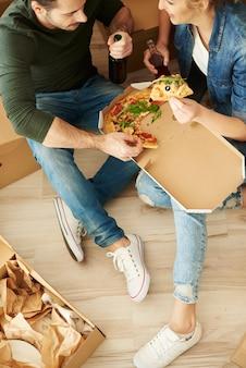 Bezpośrednio nad ujęciem jedzącej pary
