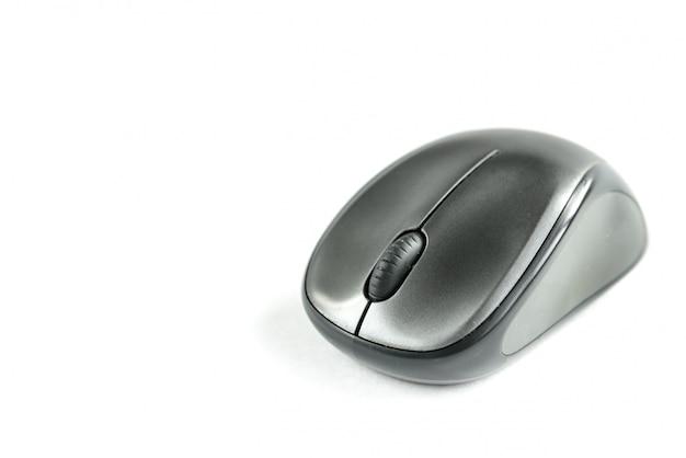 Bezprzewodowa mysz komputerowa na białym tle.