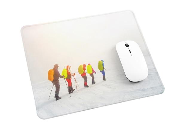 Bezprzewodowa mysz komputerowa na podkładce pod mysz na białym tle