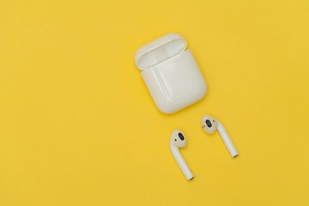 Bezprzewodowe słuchawki airpods firmy apple
