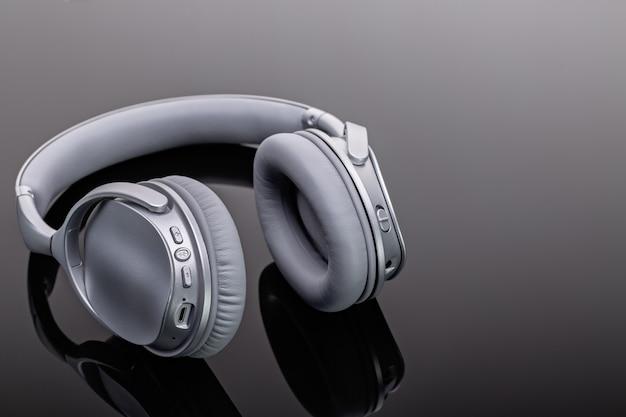 Bezprzewodowe słuchawki bluetooth. nowoczesne urządzenia do słuchania muzyki. studio strzałów, kopia przestrzeń.