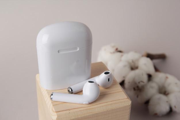 Bezprzewodowe słuchawki bluetooth, przenośne bezprzewodowe słuchawki douszne z futerałem, nowa technologia, technologia dla biznesu