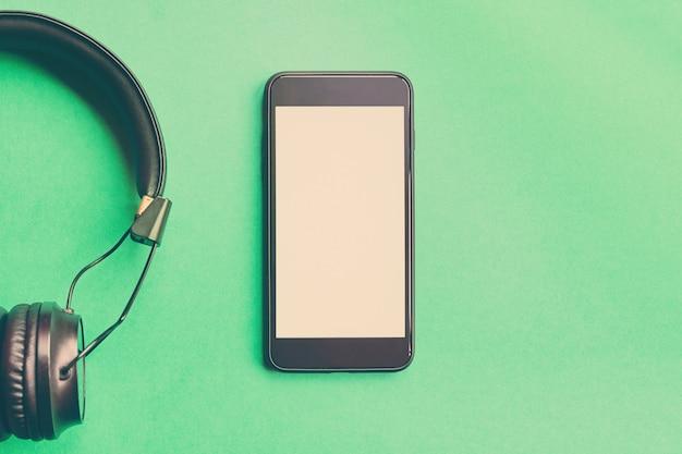 Bezprzewodowe słuchawki i smartfon