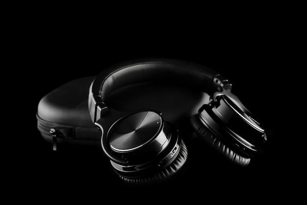 Bezprzewodowe słuchawki na czarno na białym tle