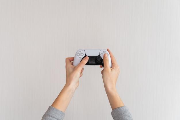 Bezprzewodowy gamepad konsoli do gier wideo. minimalistyczny styl.