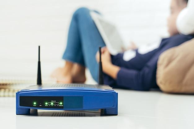 Bezprzewodowy router i dzieci za pomocą tabletu
