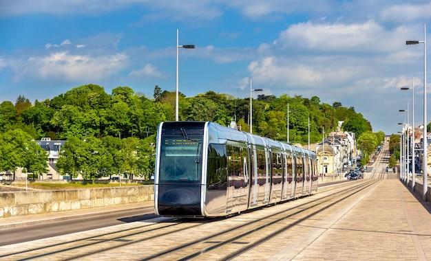 Bezprzewodowy tramwaj na moście pont wilson w tours - francja