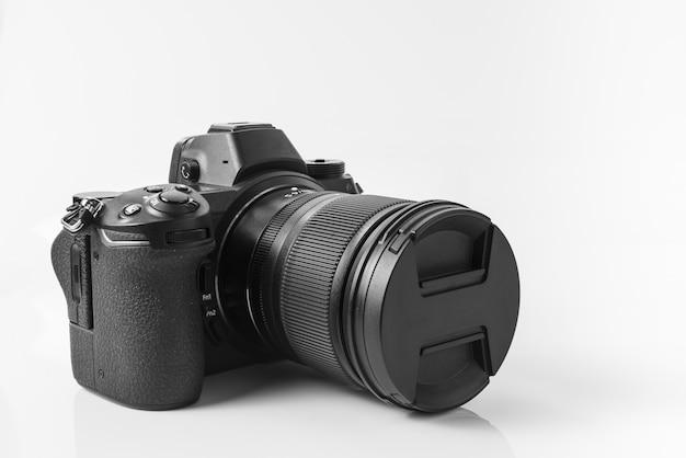 Bezramkowy aparat pełnoklatkowy z zamocowanym obiektywem 24–70 mm.