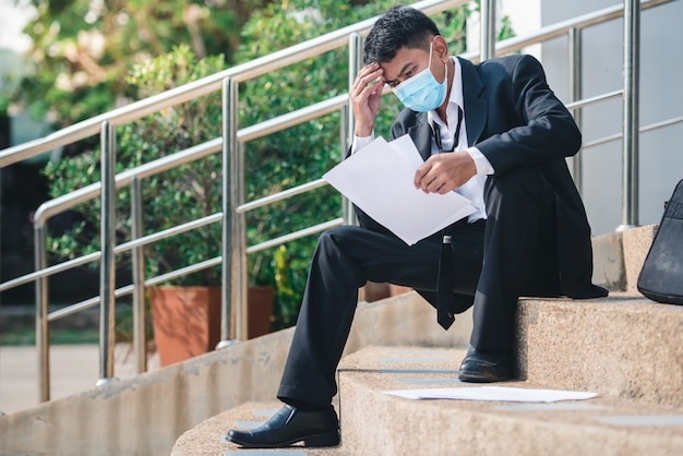 Bezrobotny w kryzysie wirusa covid 19. kryzys upadłości biznesowej został zwolniony z bezrobocia.