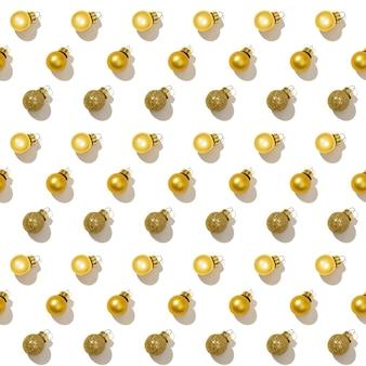 Bezszwowy regularny wzór kreatywny z jasnymi błyszczącymi małymi złotymi bombkami
