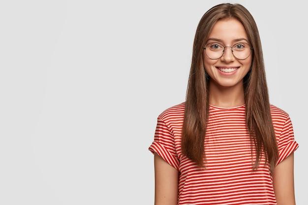 Beztroska atrakcyjna dziewczyna o przyjemnym wyglądzie, cieszy się życiem, dobrze wypoczywa