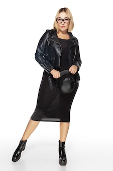 Beztroski. piękna młoda womanin czarny strój na białym tle