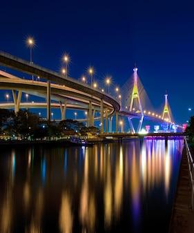 Bhumibol most z wodnym odbiciem thailand