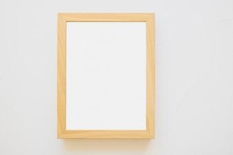 Biała drewniana rama na białym tle