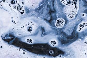 Biała woda z bąbelkami
