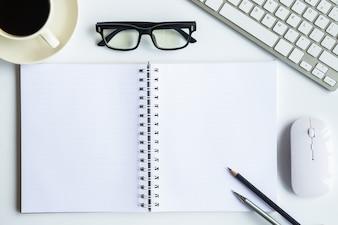 Biały biurowy biurowy odgórny widok z kopii przestrzenią dla wkładu tekst.