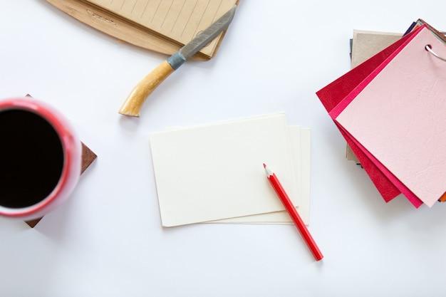 Bia? et? o biurko z kolorowych wzorów tkaniny na jej temat