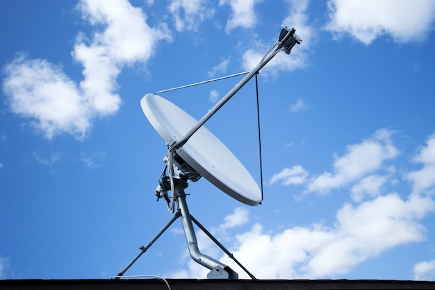 Biała antena satelitarna z błękitnym niebem