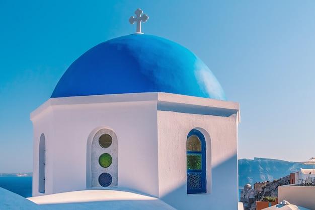 Biała architektura miejscowości oia na wyspie santorini, grecja.