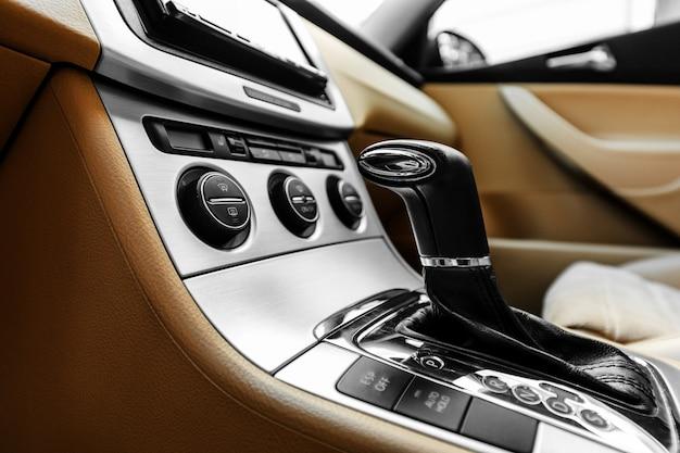 Biała automatyczna dźwignia zmiany biegów w nowoczesnym samochodzie, detale wnętrza samochodu