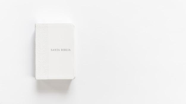 Biała biblia uświęcona biblia na białym tle