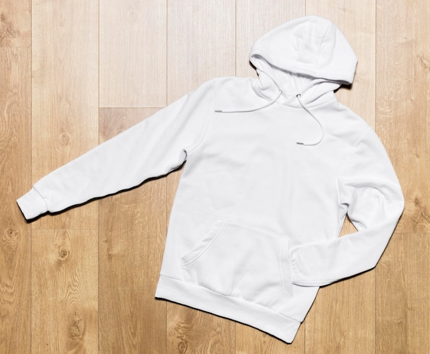Biała bluza z kapturem na podłodze