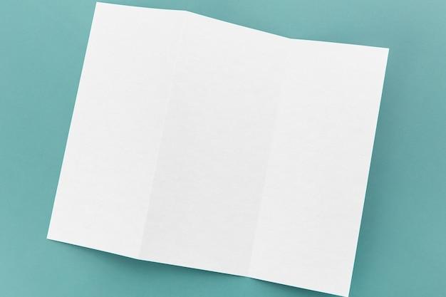 Biała broszura złożona na płasko