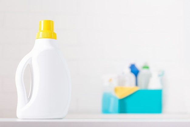 Biała butelka chloru z makietą żółtego wieczka. toksyczny detergent. środki czystości