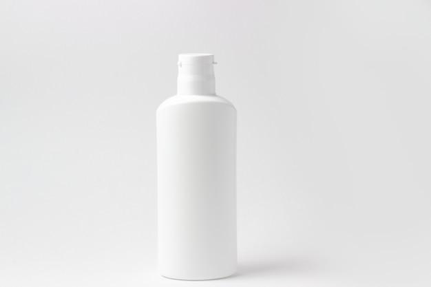 Biała butelka kosmetyczna z miejscem na dodanie tekstu na białym tle