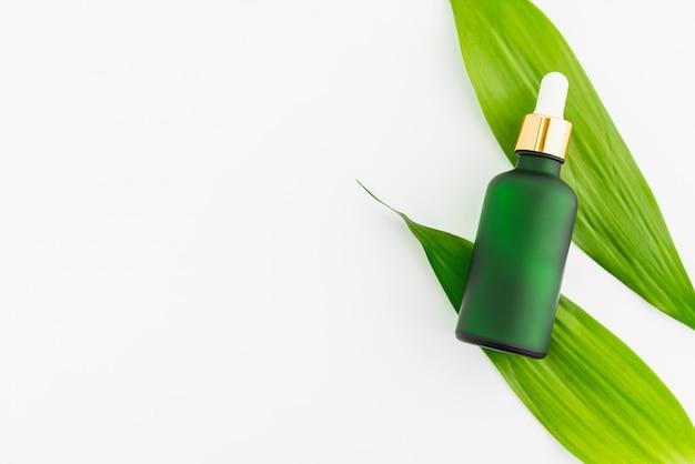 Biała butelka z serum i słoik z kremem, makieta marki produktów kosmetycznych. widok z góry na białym tle.