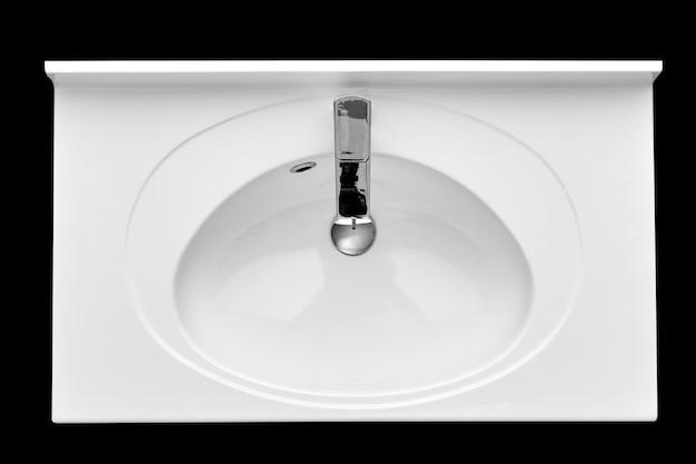 Biała ceramiczna umywalka do wanny na izolowanym czarnym tle