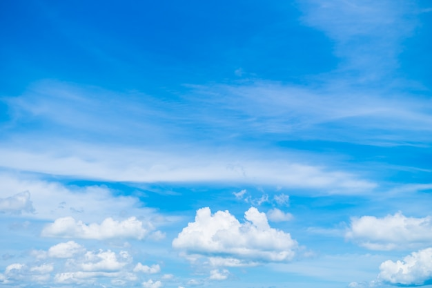 Biała chmura na błękitnym niebie