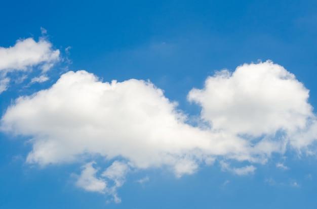 Biała chmura na niebie
