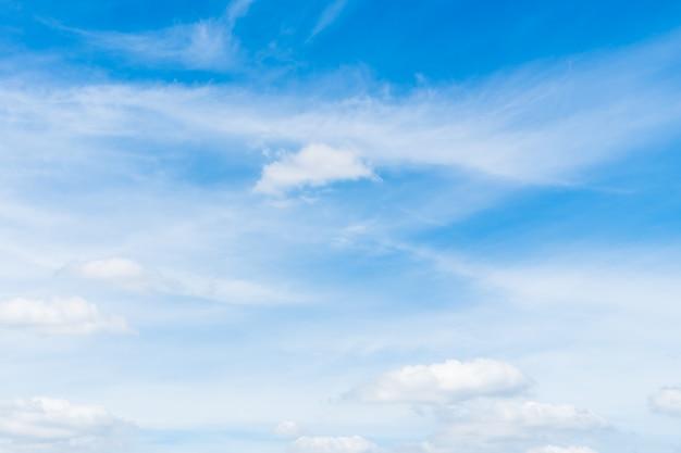 Biała chmura na niebieskim niebie