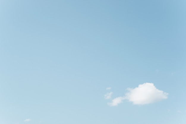 Biała chmura na tle błękitnego, czystego nieba, niebiański minimalistyczny krajobraz, zasada trójpodziału. skopiuj miejsce, miejsce na twój tekst