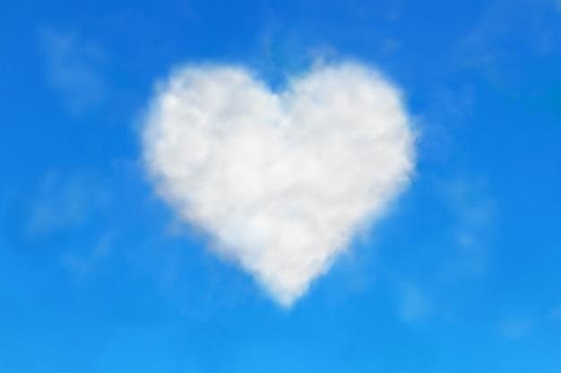 Biała chmura w kształcie serca na niebieskim niebie